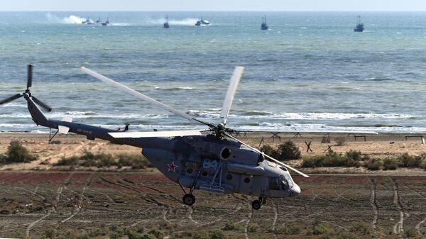 Вертолет Ми-8 во время командно-штабных учений Кавказ-2020 на полигоне Турали в республике Дагестан