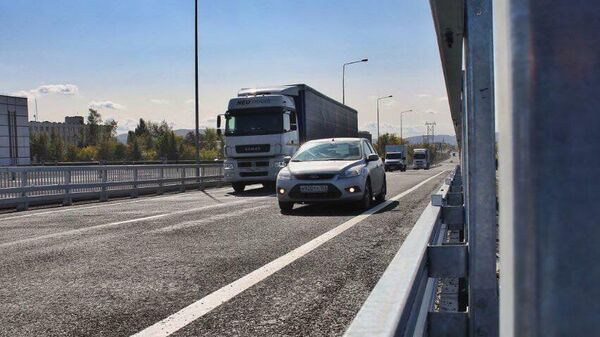 Автомобили на участке автодороги М-5 Урал в районе плотины Жигулевской ГЭС и тольяттинского микрорайона Шлюзовой