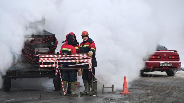 Аварийные службы во время работ по ремонту теплотрассы