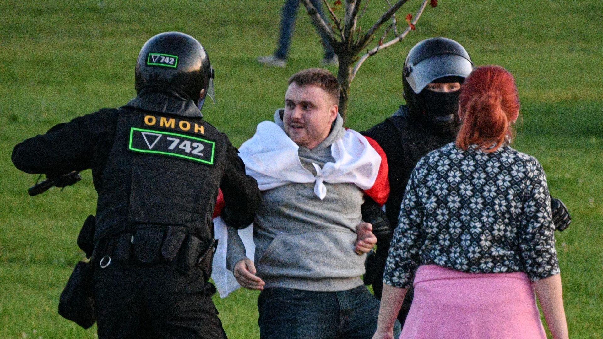 Сотрудники милиции задерживают участника акции протеста в Минске - РИА Новости, 1920, 24.09.2020