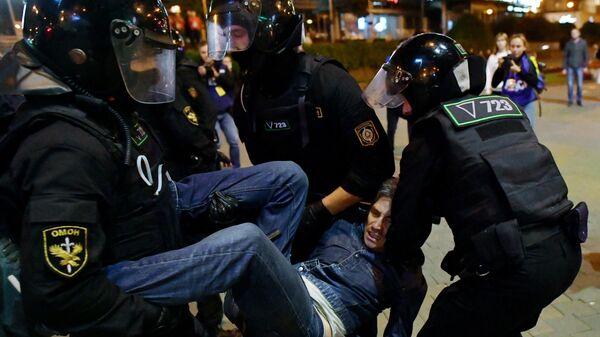 Сотрудники ОМОНа задерживают участника несанкционированной акции протеста оппозиции в Минске