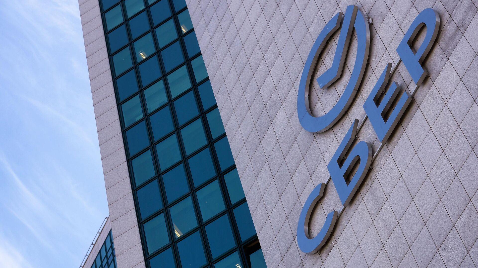 Вывеска с новым логотипом Сбербанка на здании центрального офиса в Москве - РИА Новости, 1920, 30.11.2020