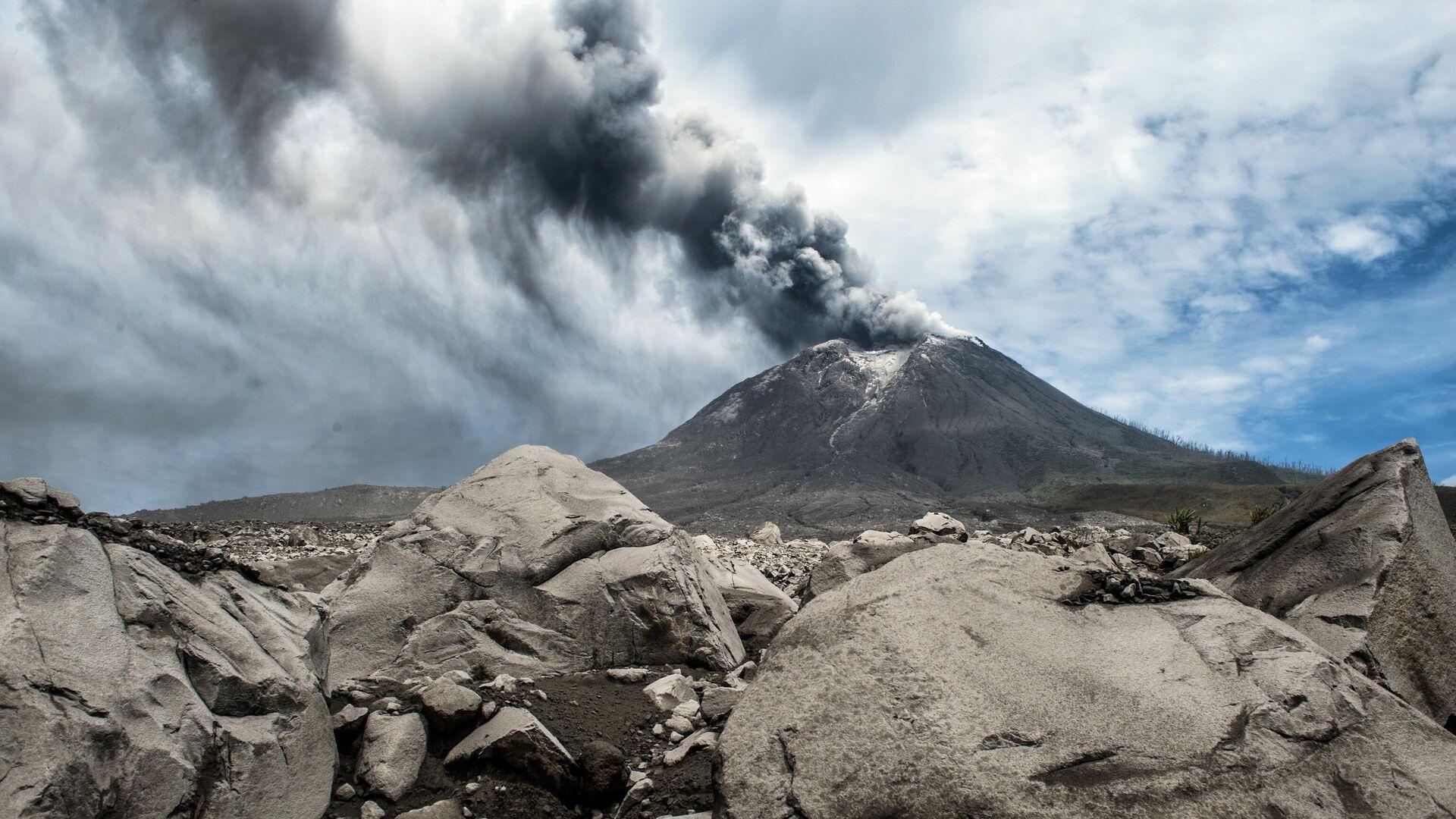 Действующий вулкан Синабунг в провинции Северная Суматра в Индонезии - РИА Новости, 1920, 29.11.2020