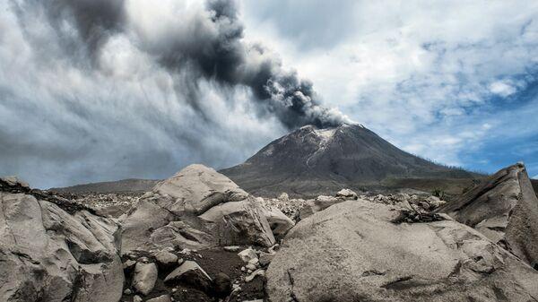 Действующий вулкан Синабунг в провинции Северная Суматра в Индонезии