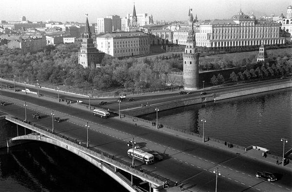 Вид на Московский Кремль и Большой Каменный мост через Москва-реку. 1948 год