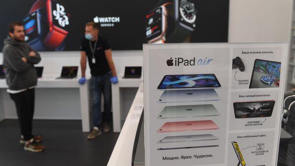 Реклама iPad Air, продажи которого начнутся в октябре, в магазине re:Store на Тверской улице в Москве