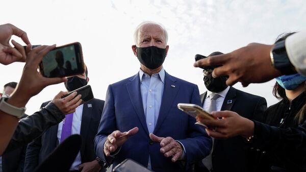 Кандидат в президенты США от Демократической партии Джо Байден общается с журналистами