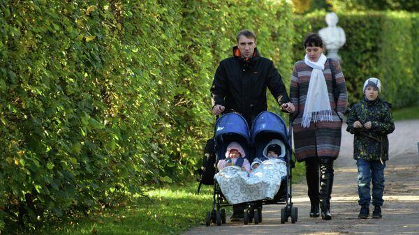 Семья во время прогулки в парке
