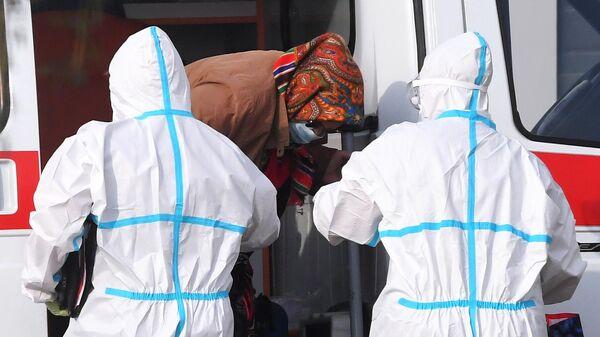 Бригада скорой медицинской помощи доставила пациентку в карантинный центр в Коммунарке