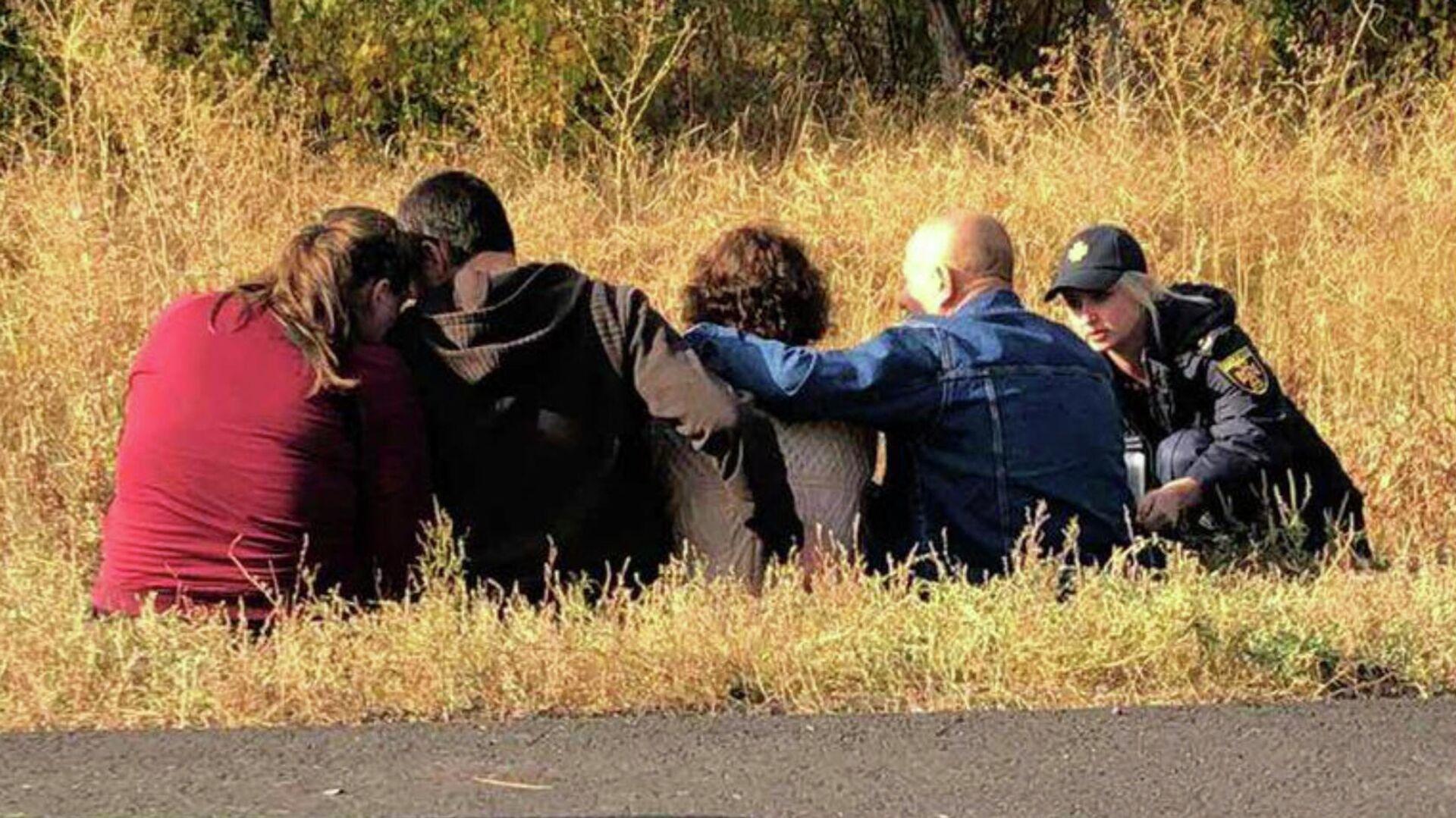 Родственники погибших на месте крушения военно-транспортного самолета Ан-26 ВВС Украины под Харьковом - РИА Новости, 1920, 26.09.2020