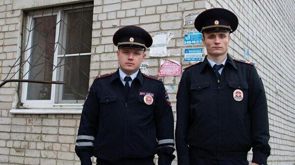 Инспекторы ДПС лейтенант Сергей Буравлев и сержант Александр Мурашов