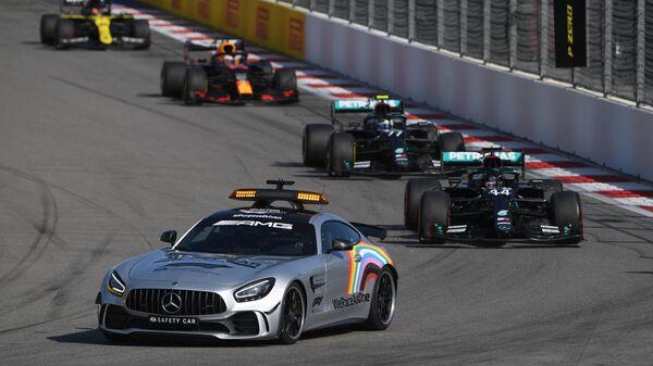 Машина безопасности на трассе во время гонки на российском этапе чемпионата мира по кольцевым автогонкам в классе Формула-1