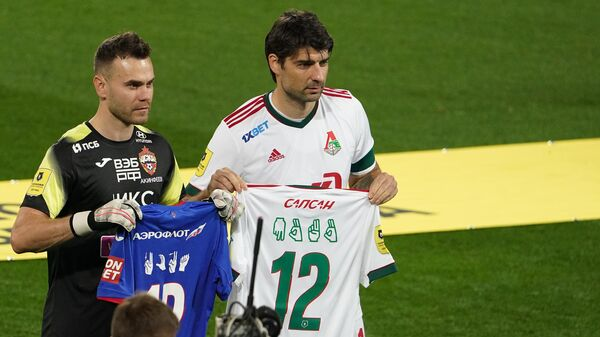 Вратарь ЦСКА Игорь Акинфеев (слева) и игрок Локомотива Ведран Чорлука