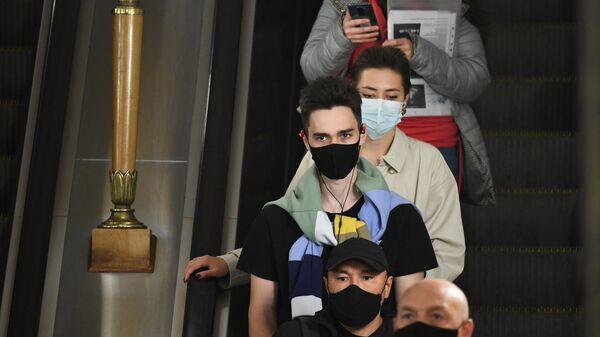 Пассажиры Московского метрополитена в защитных масках