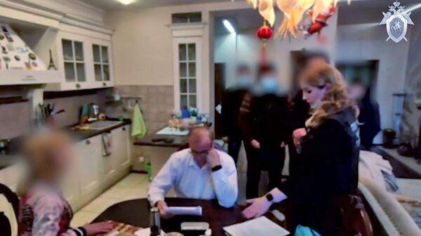 Сотрудники Следственного комитета РФ во время задержание депутата Заксобрания Иркутской области Андрея Левченко