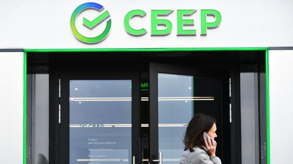 Новый логотип Сбербанка на первом офисе в новом формате, открывшемся в Москве