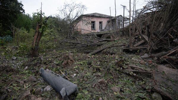Окрестности жилого дома в городе Мартуни (центр Мартунинского района непризнанной Нагорно-Карабахской Республики) после обстрелов