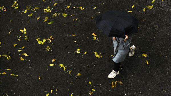 Девушка во время дождя на улице