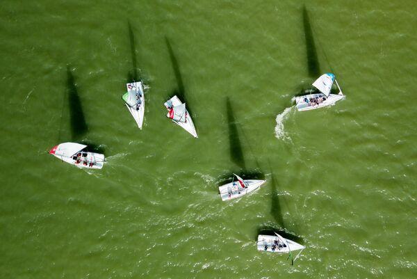 Участники соревнований во время парусной регаты четвертого этапа Кубка класса mX700 на озере Абрау в Краснодарском крае