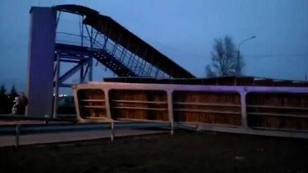 Кадры обрушения пешеходного моста под Екатеринбургом