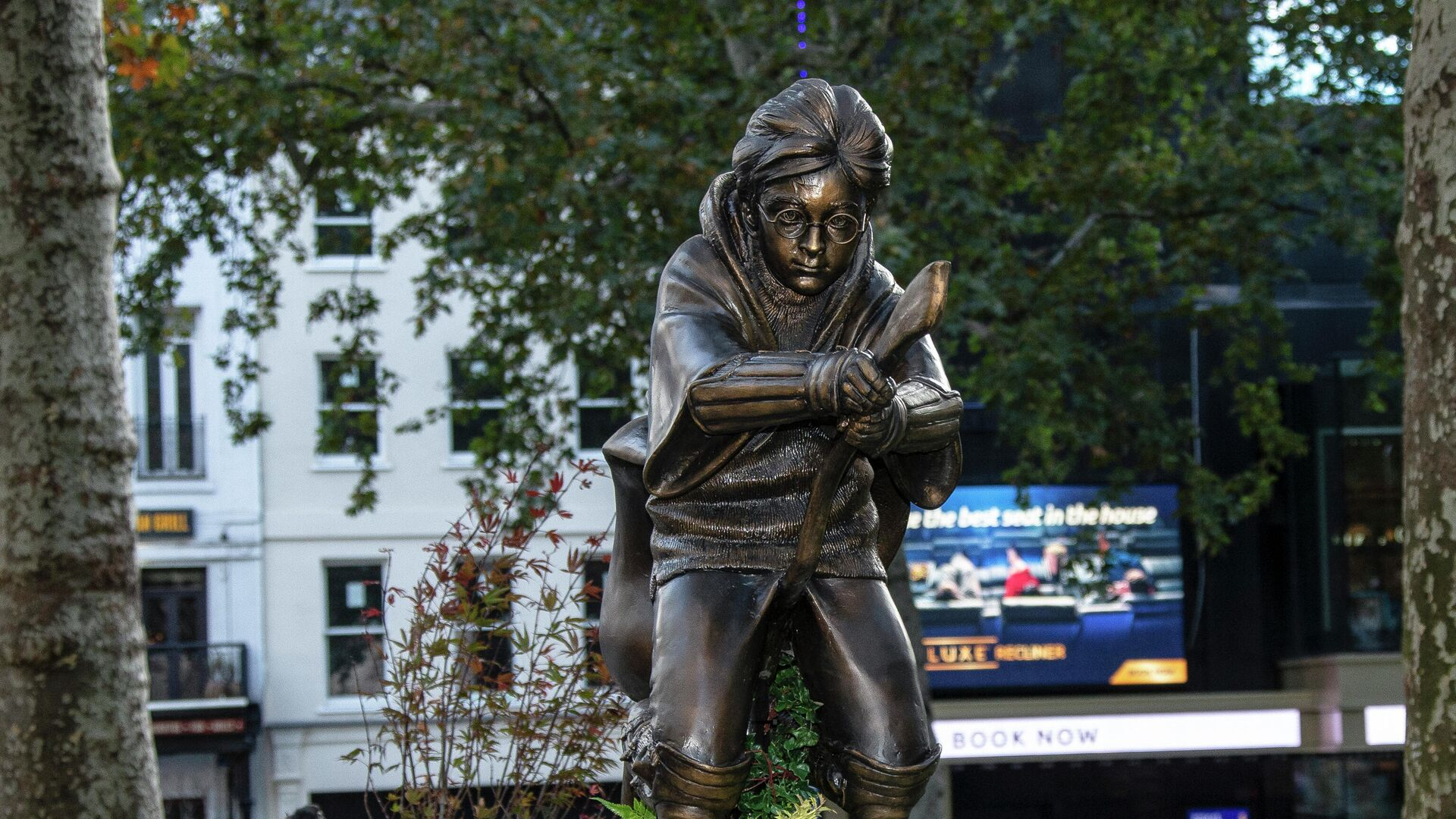 Памятник Гарри Поттеру появился в центре Лондона на площади Лестер-сквер.