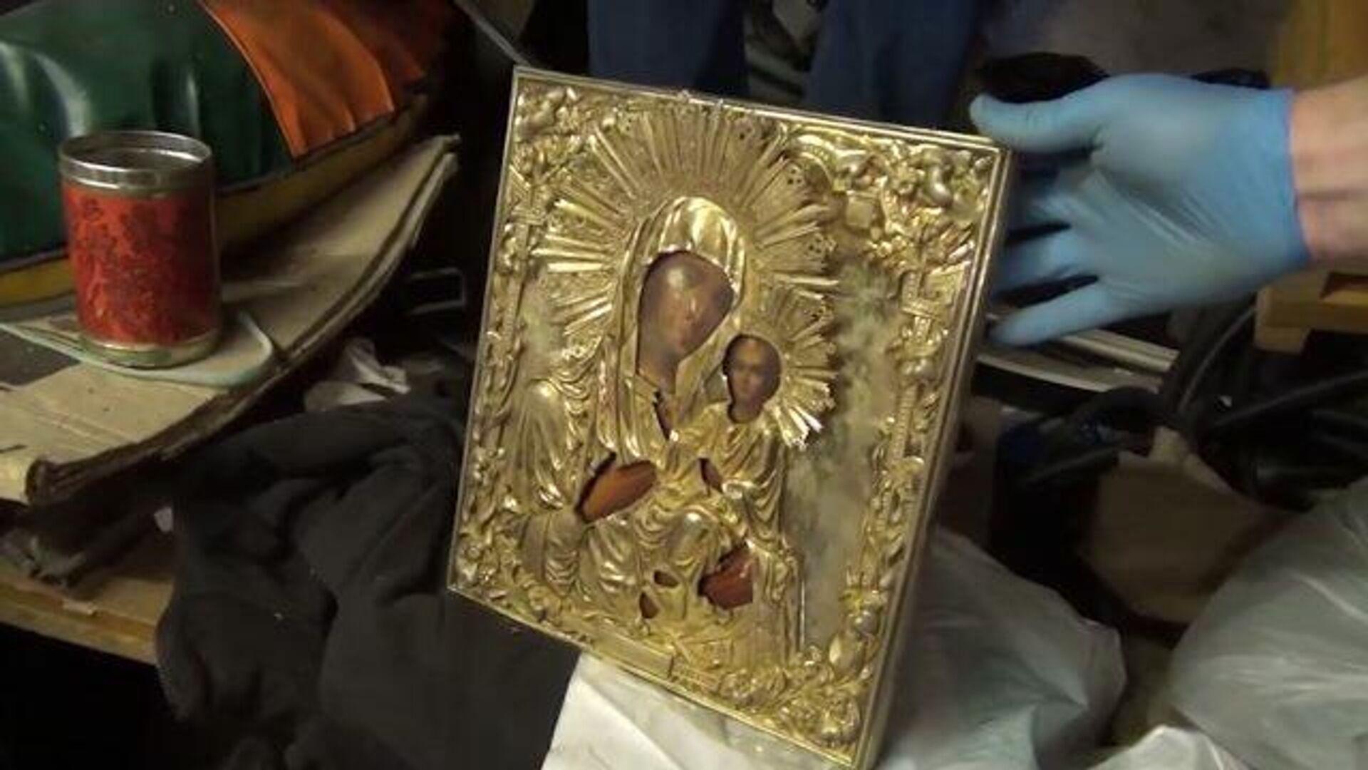 Воры выкинули украденную из храма икону в новой Москве, забрав золото