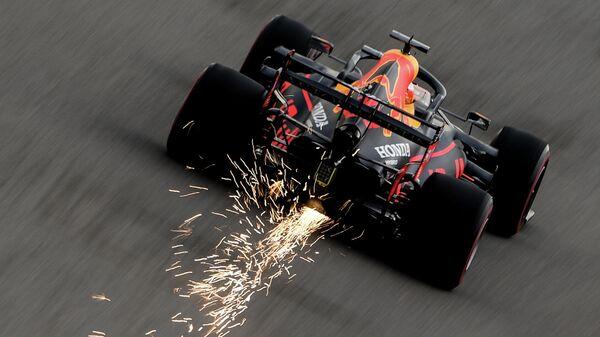 Пилот команды Ред Булл Макс Ферстаппен принимает участие в квалификации российского этапа чемпионата мира по кольцевым автогонкам в классе Формула-1 ВТБ Гран-при России 2020 на трассе Сочи Автодром