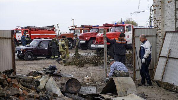Местные жители и сотрудники МЧС РФ во время ликвидации последствий лесных пожаров в Воронежской области