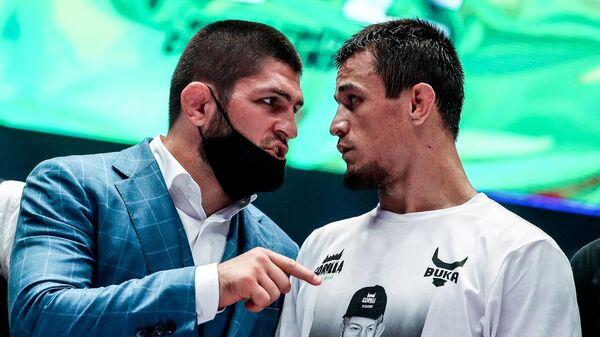 Хабиб Нурмагомедов (слева) со своим двоюродным братом Усманов