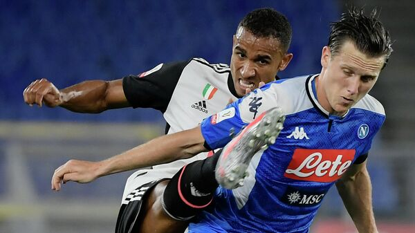 Juventus' Brazilian defender Danilo (L) tackles Napoli's Polish defender Piotr Zielinski during the TIM Italian Cup (Coppa Italia) final football match Napoli vs Juventus on June 17, 2020 at the Olympic stadium in Rome, played behind closed doors as the country gradually eases the lockdown aimed at curbing the spread of the COVID-19 infection, caused by the novel coronavirus. (Photo by Filippo MONTEFORTE / AFP)