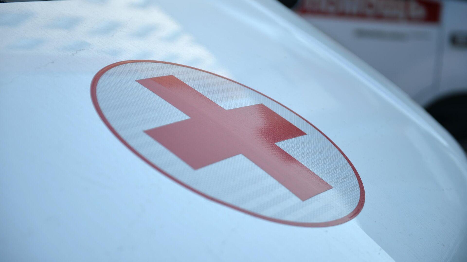 Красный крест на автомобиле скорой медицинской помощи в Свердловской области - РИА Новости, 1920, 09.01.2021