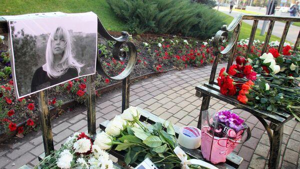 Цветы и свечи у места гибели журналистки Ирины Славиной возле здания ГУ МВД России по Нижегородской области