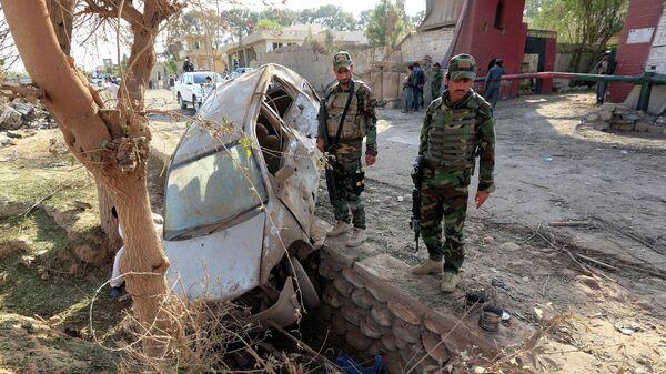 Афганские военные на месте взрыва автомобиля в провинции Нангархар