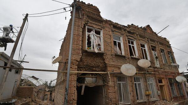 Жилой дом, разрушенный в результате обстрела города Гянджа