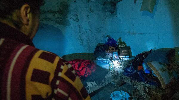 Жительница Степанакерта прячется в подвале своего дома во время обстрелов