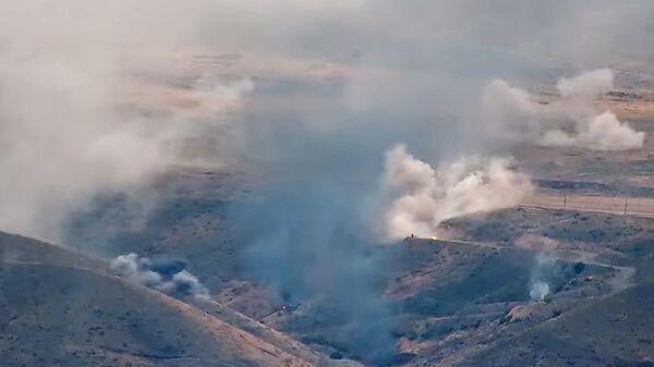 Подразделения армии Армении наносят удар в зоне военного конфликта в Нагорном Карабахе. Кадр видео