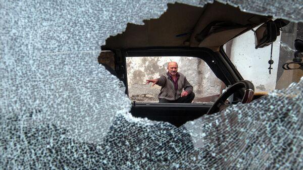 Автомобиль, поврежденный в результате обстрела в Степанакерте