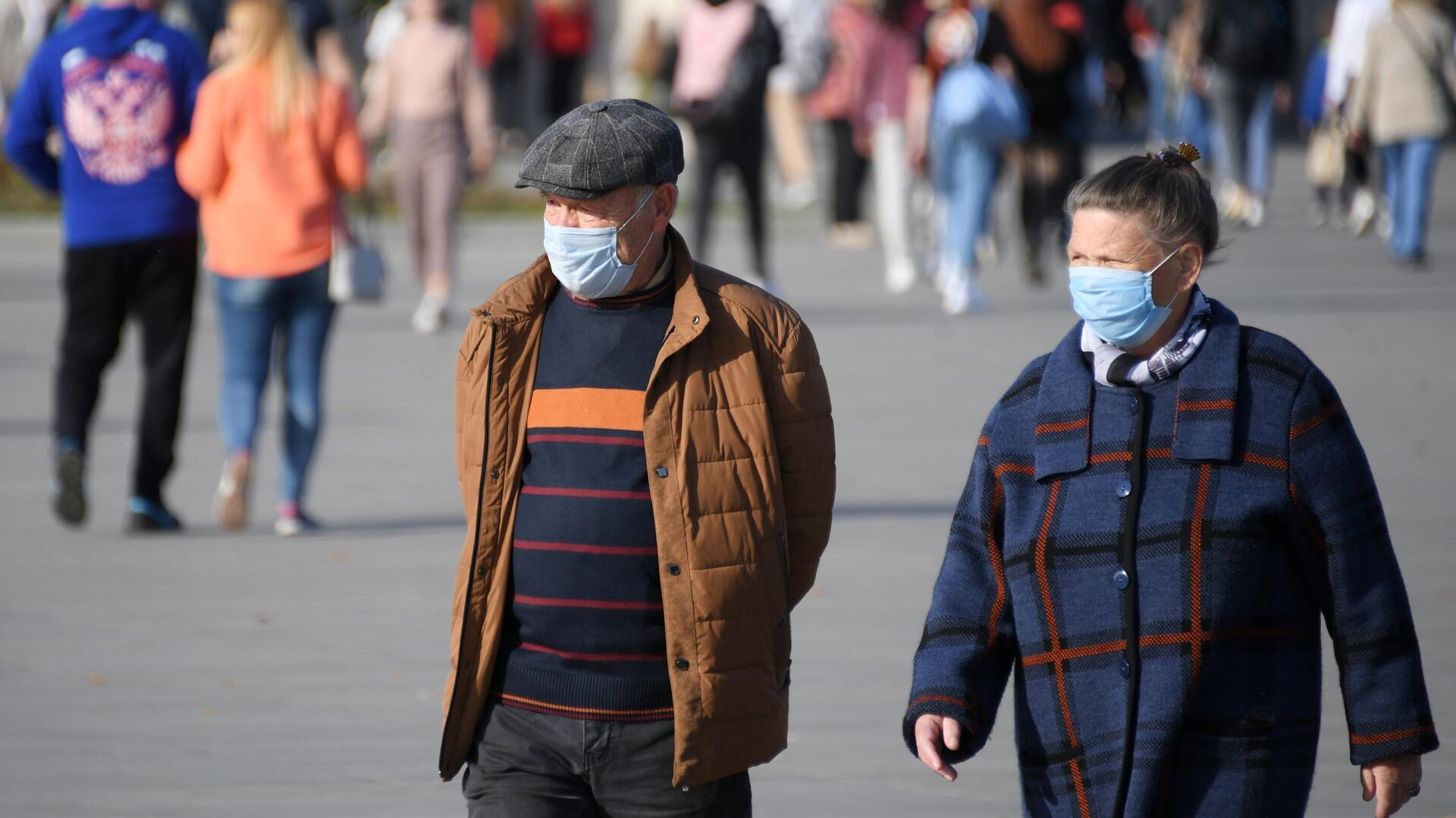 Люди в медицинских масках на территории парка ВДНХ в Москве - РИА Новости, 1920, 27.10.2020