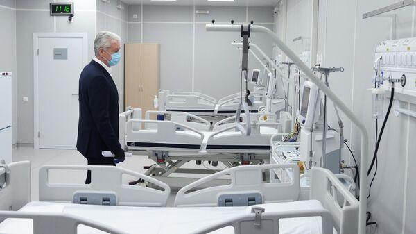 Мэр Москвы Сергей Собянин во время посещения временного госпиталя COVID-19 в Сокольниках