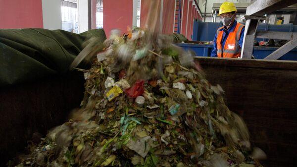 Рабочий на мусороперегрузочной станции в Пекине