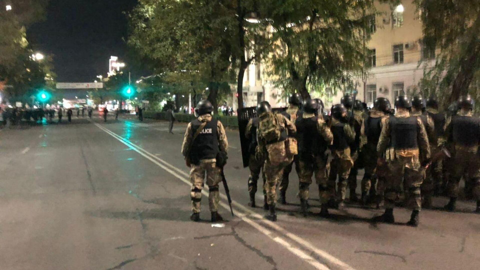 Сотрудники правоохранительных органов во время акции протеста в Бишкеке - РИА Новости, 1920, 05.10.2020