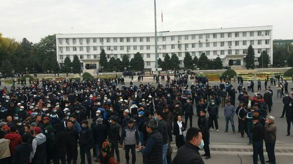 Митинг в поддержку президента Киргизии в Оше