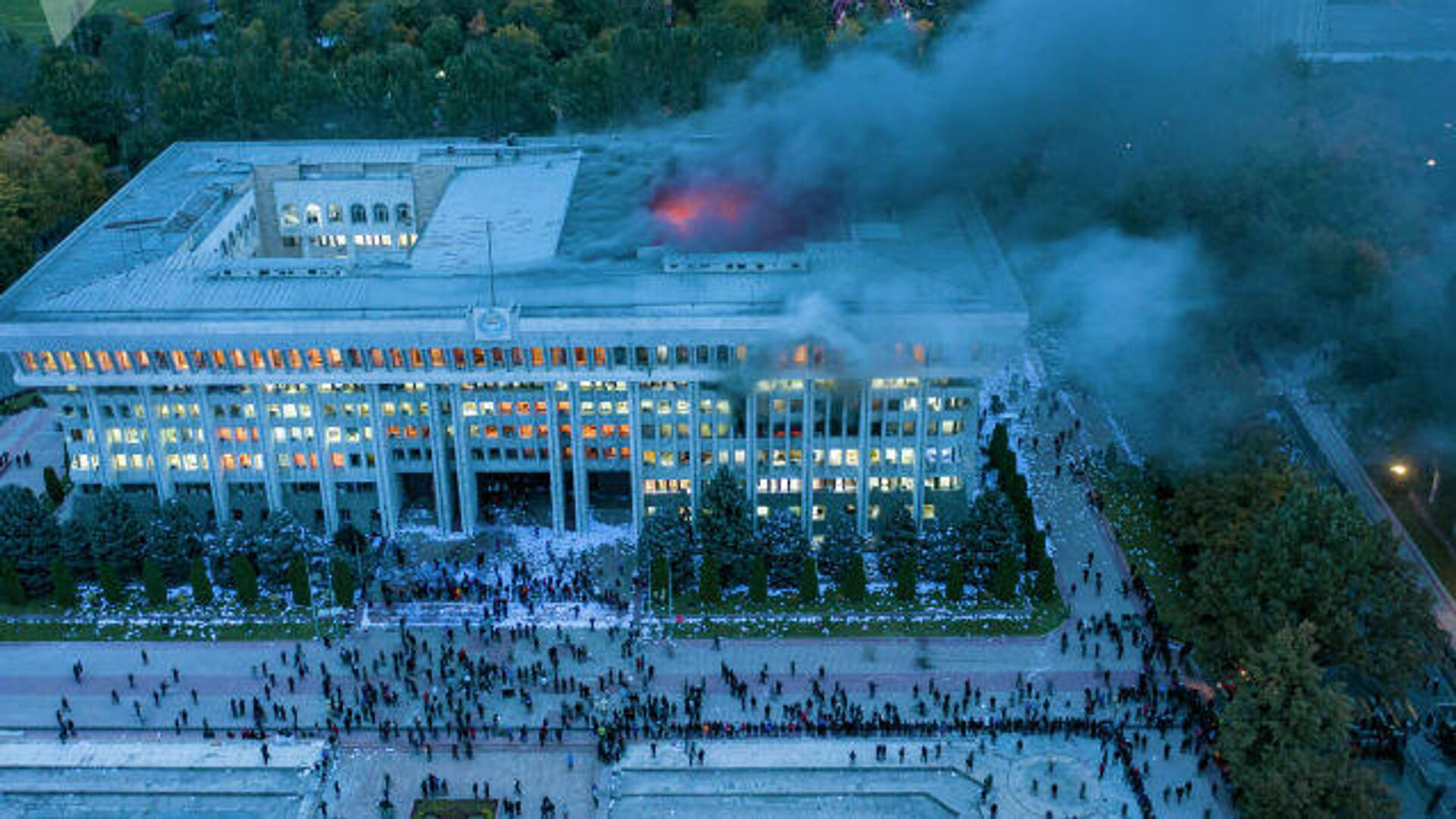 Протестующие возле здания правительства в Бишкеке - РИА Новости, 1920, 06.10.2020