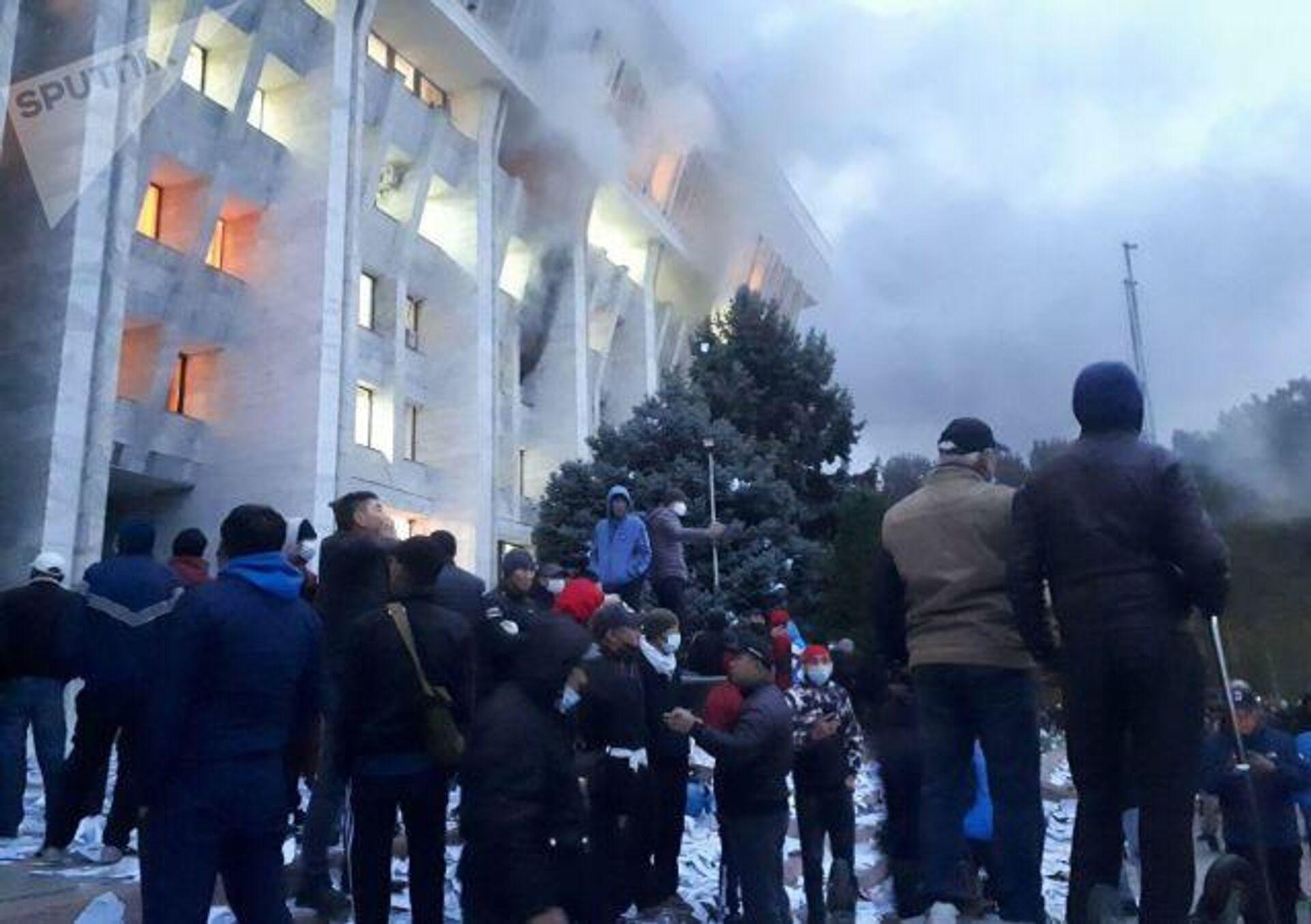 Пожар в Белом доме в Бишкеке - РИА Новости, 1920, 06.10.2020