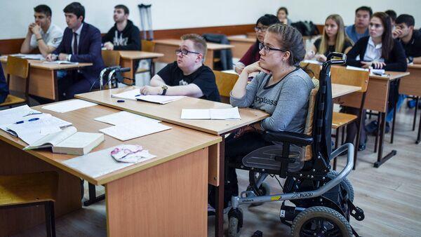 Студенты с ограниченными возможностями здоровья во время лекции