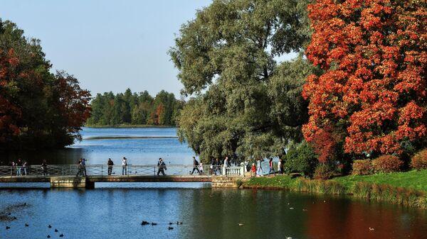 Пристань и Белое озеро на территории музея-заповедника Гатчина в Ленинградской области