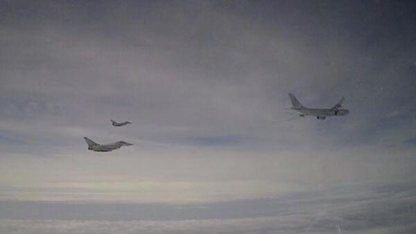 Российский Су-27 перехватил над Черным морем британские военные самолеты. Стоп-кадр видео