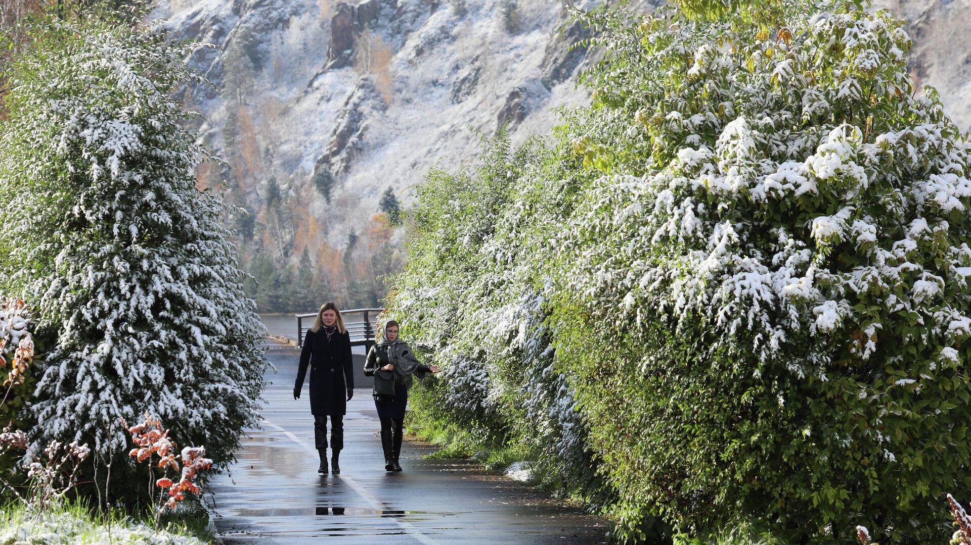 Девушки гуляют после первого снегопада по набережной Енисея в городе Дивногорске Красноярского края - РИА Новости, 1920, 01.12.2020