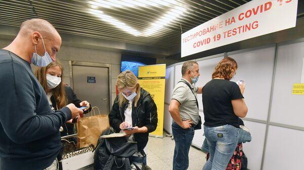 Пассажиры стоят в очереди на экспресс-тестирование на COVID-19 в международном аэропорту Внуково