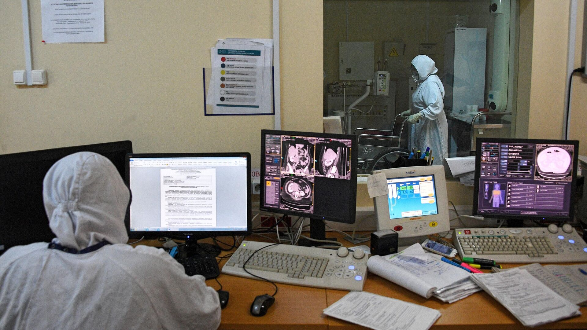 Медицинские работник в кабинете компьютерной томографии в городской клинической больнице №15 имени О. М. Филатова в Москве - РИА Новости, 1920, 22.10.2020